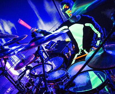 В данном случае, двенадцать Neumann KM 184, благодаря которым весь уникальный звук Blue Man Group передается их зрителям, так сказать, в целости и сохранности.
