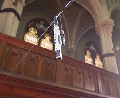 Решено было использовать систему, состоящую из десяти микрофонов, которые подвешиваются в определенных местах зала на тросах, протянутых через все помещение часовни