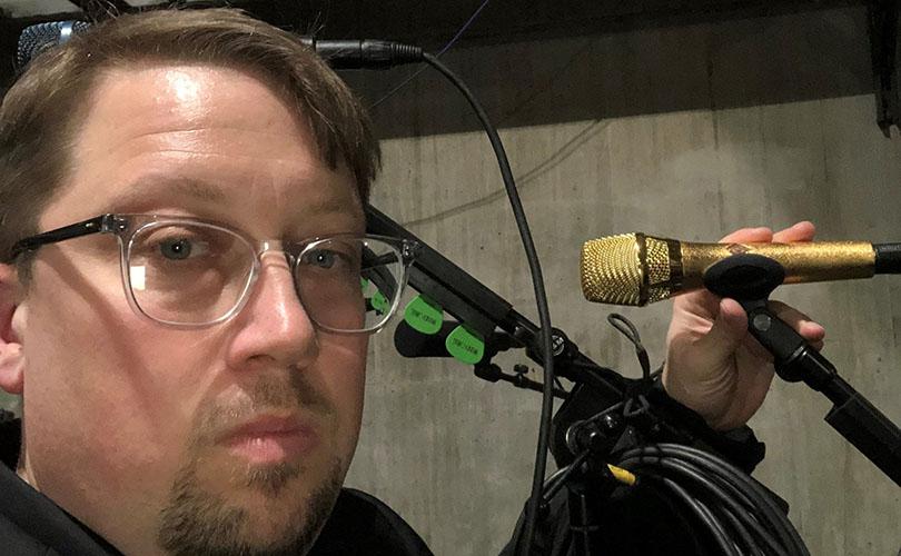 """За кулисами на 61-й ежегодной премии Грэмми: Шон Какенбуш, FOH-звукорежиссер Брэнди Карлайл, за настройкой кастомного """"золотого"""" Neumann KMS 105 певицы."""