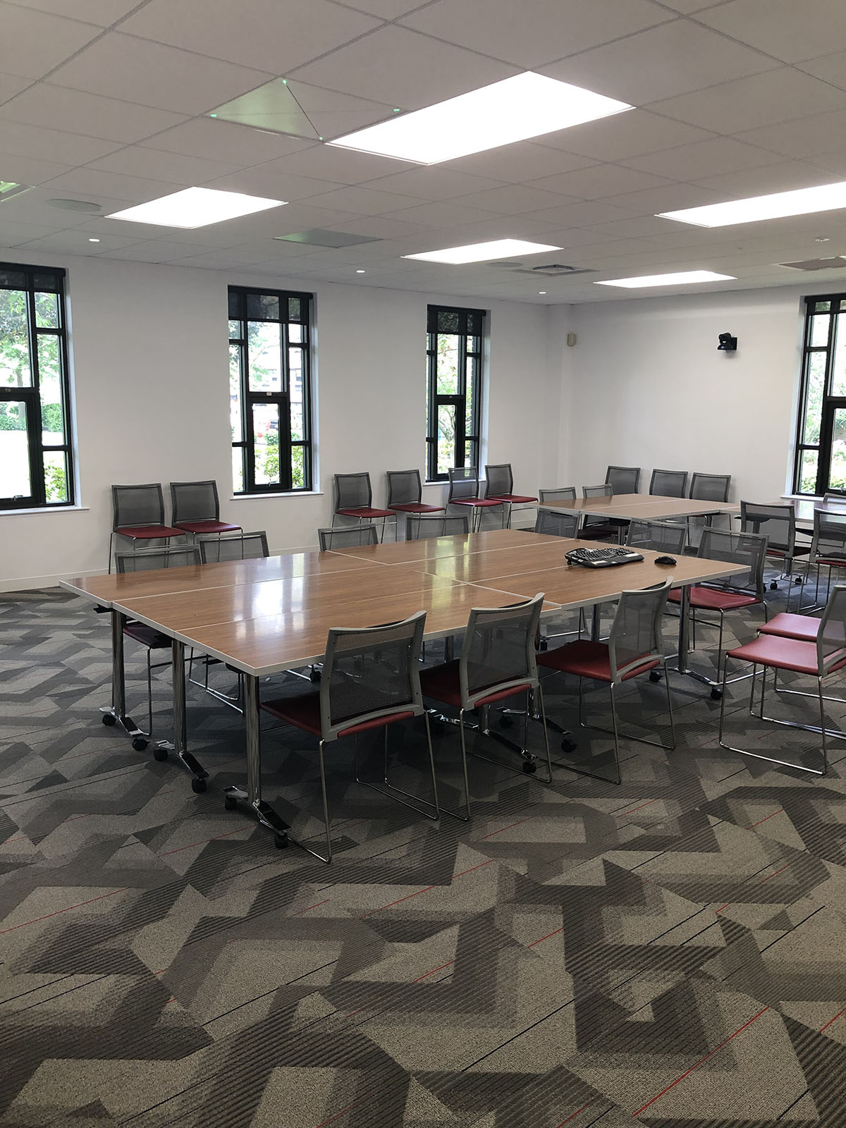 Потолочная микрофонная конференц-система Sennheiser TeamConnect в зале инклюзивно-ресурсного центра университета (фото предоставлено Университетом Св. Иоанна).