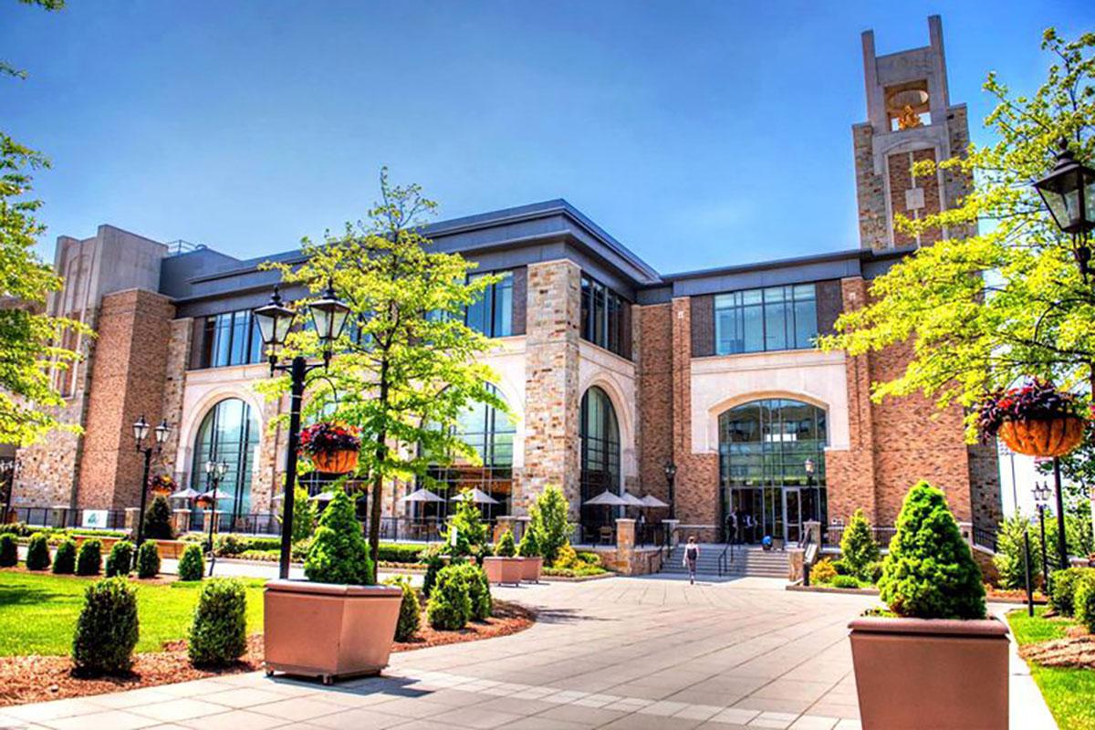Университет Св. Иоанна, одно из самых известных в США частных исследовательских учебных заведений, в этом году установил несколько потолочных микрофонных систем Sennheiser TeamConnect Ceiling в учебных помещениях и в конференц-залах (фото предоставлено Университетом Св. Иоанна).