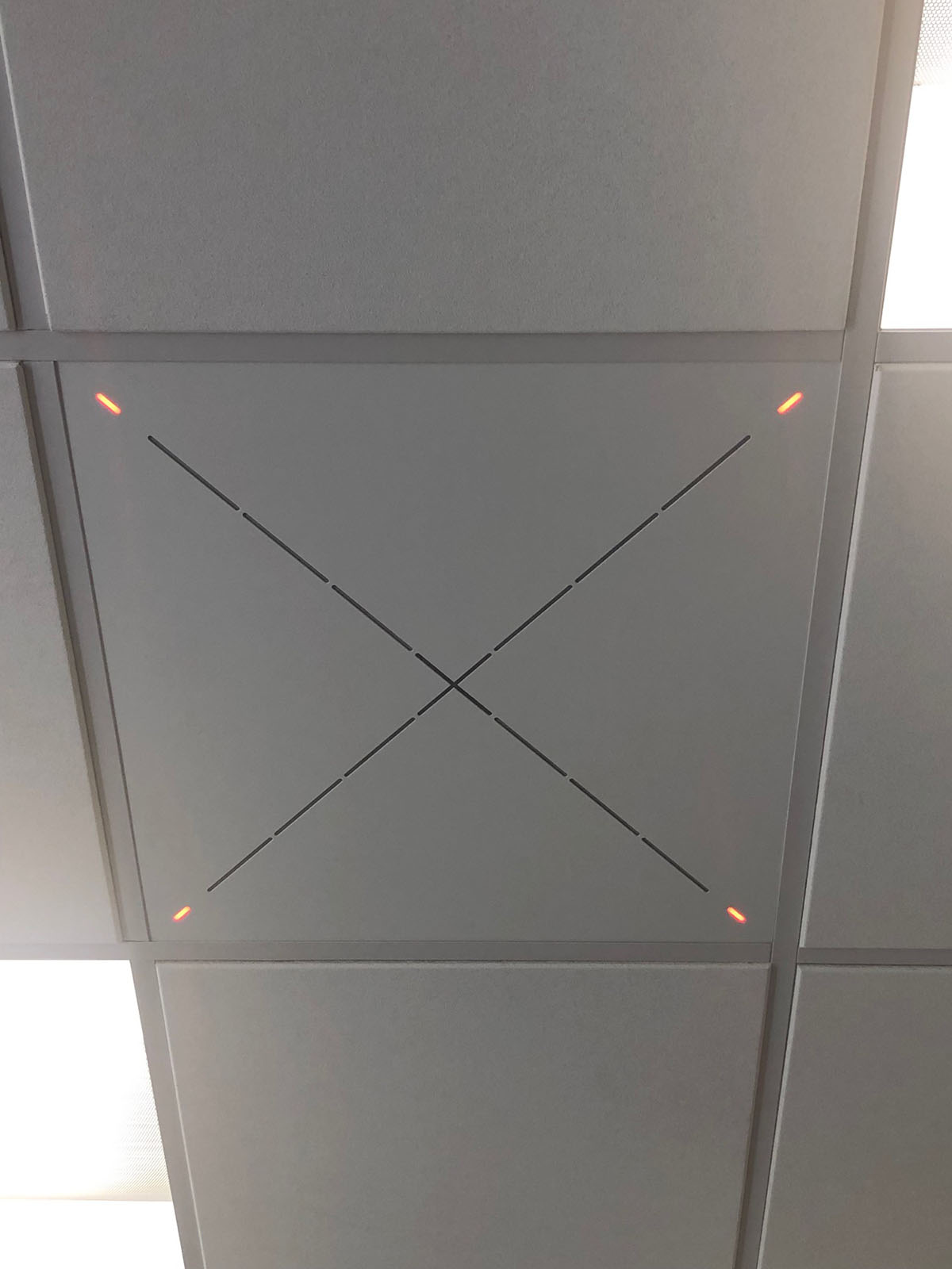 Одна из новых микрофонных конференц-систем TeamConnect Ceiling университета: монтируется быстро и просто, и после установки практически не отличается от плиток обычного подвесного потолка (фото предоставлено Университетом Св. Иоанна).