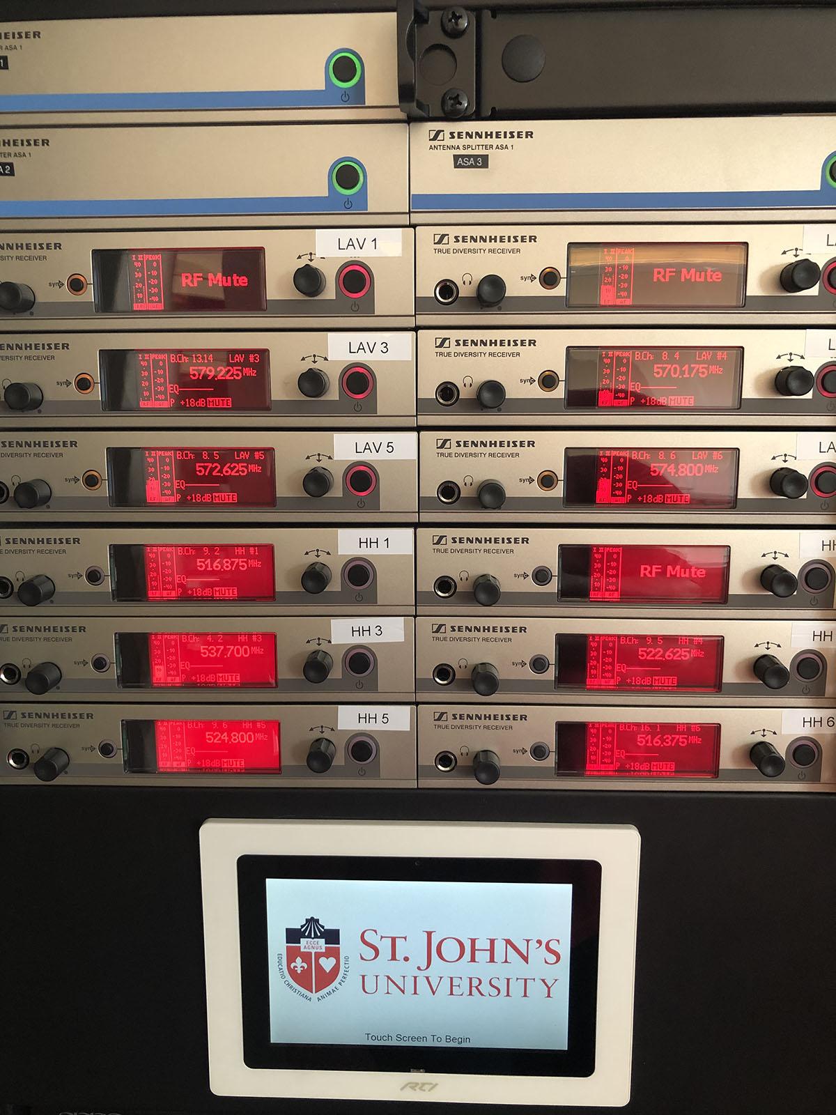 С помощью программного инструмента Control Cockpit от Sennheiser технический специалист может удаленно и в режиме реального времени контролировать все подключенные к системе аудиоустройства (фото предоставлено Университетом Св. Иоанна).